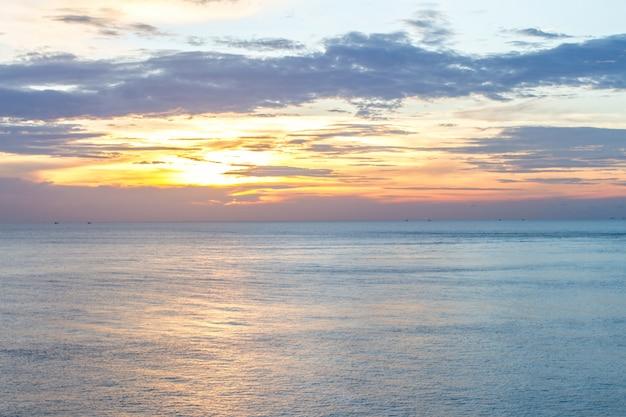 熱帯のビーチ、アンダマン海、ランタ島、クラビ、タイの日の出
