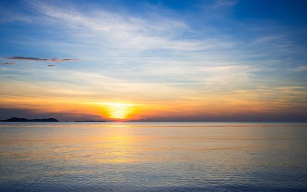 夏の熱帯の海から昇る朝日