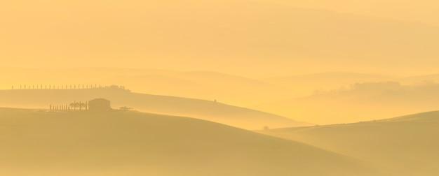 Восход солнца над валь дорча возле сан-квирико-д'орча сиена тоскана италия