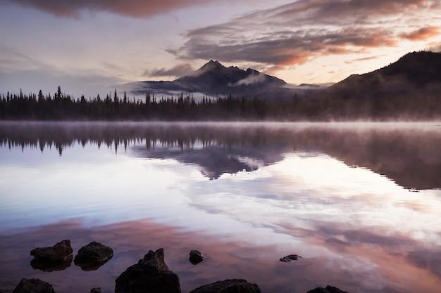 美しい穏やかな湖の日の出シーン。