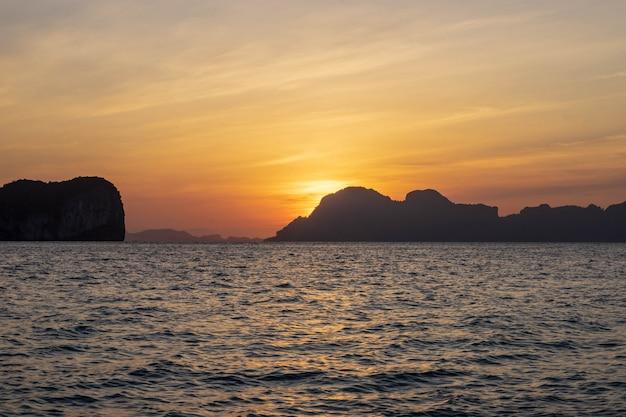 美しい海の水とタイ南部、トラン省、ko ngai島からの日の出ビュー