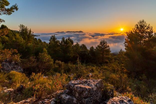 モンカブラー山からの日の出、雲のある日、コセンタイナ。