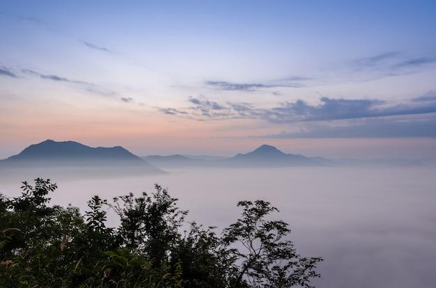 タイ、ルーイのチェンカーンのフートック山の上の霧の海との日の出