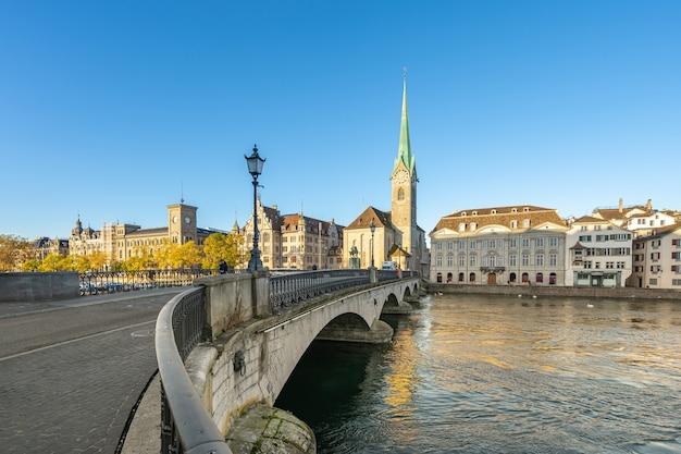 スイスのチューリッヒ市を望む日の出。