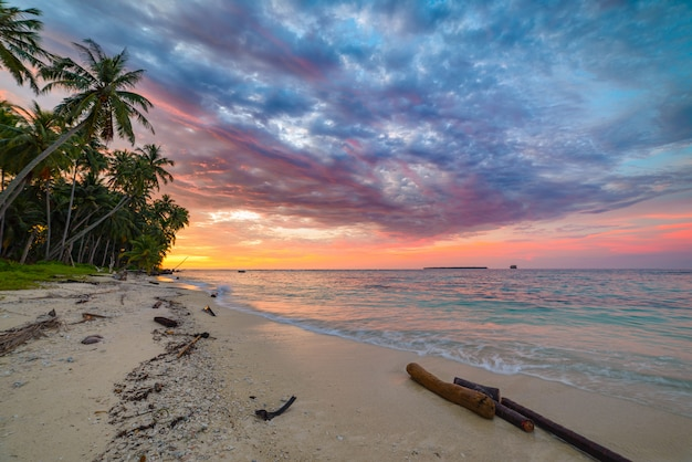 Sunriset драматическое небо над морем, тропический пустынный пляж, нет людей, бурные облака
