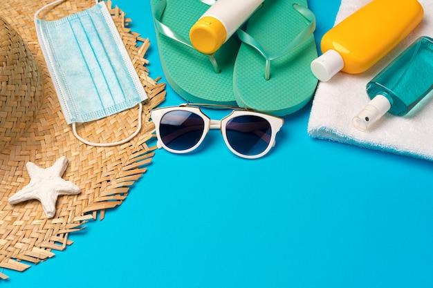 자외선 차단 크림 및 보호 마스크. 코로나 바이러스 여름 개념