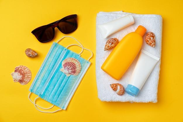자외선 차단 크림과 보호 마스크. 코로나 바이러스 여름 개념