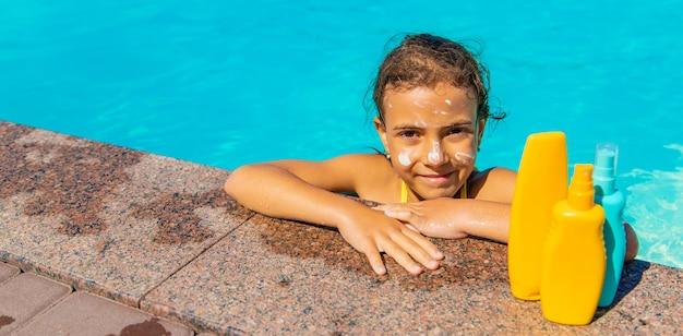 子供の顔のプールの近くの日焼け止め。セレクティブフォーカス。