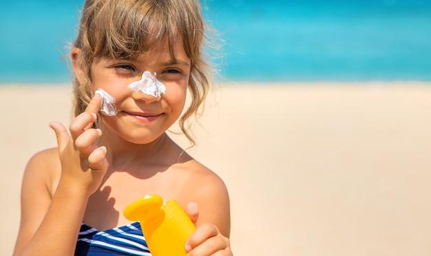 子供の肌の日焼け止め。セレクティブフォーカス。自然。