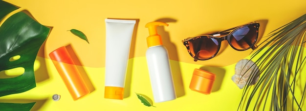 Солнцезащитный крем. профилактика фотостарения. flat lay, натуральная косметика spf для лица и тела. концепция летних каникул, загара. баннер