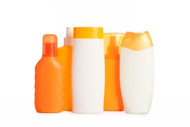 흰색으로 격리된 자외선 차단제 세트는 햇빛으로부터 피부를 보호합니다