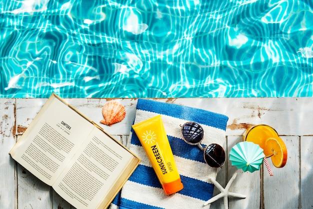 자외선 차단제 선글라스 수건 책 휴식 휴식 개념
