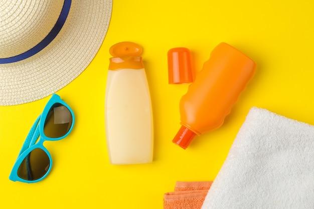자외선 차단제. 다양한 자외선 차단제 및 여름 액세서리. 여름. 휴가. 평면도