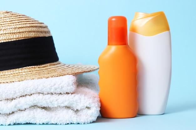 Солнцезащитные кремы на цветном фоне крупным планом. защита кожи от солнца, профилактика рака кожи. безопасный загар. фото высокого качества