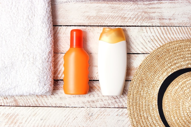 Солнцезащитные кремы на цветном фоне крупным планом защита от солнца для кожи