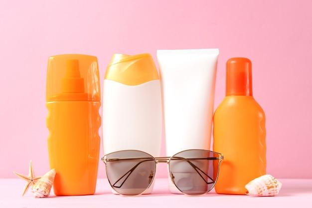 Солнцезащитные кремы на цветном фоне защита кожи