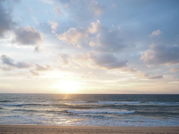 夕日とビーチ、美しい自然の海景夕日の曇りとトーン画像