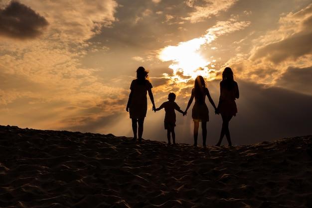 백그라운드에서 일몰과 함께 석양과 가족 실루엣