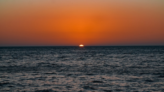 湖の夕日と地平線