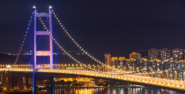 中国香港の青衣地区にある青馬大橋のランドマーク吊り橋の夕日と光の照明。