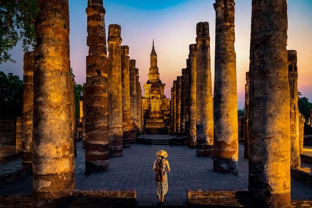 Закат и свет в историческом парке сукхотай