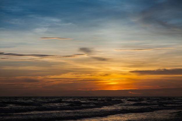 석양과 바다 파도, 바다에 아름 다운 골드 일몰. , 바다 일몰
