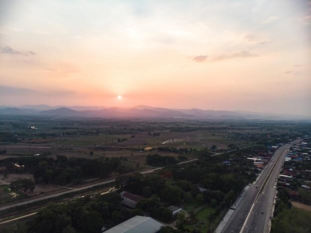 田舎の村の夕日
