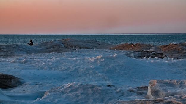 凍った湖に沈む夕日