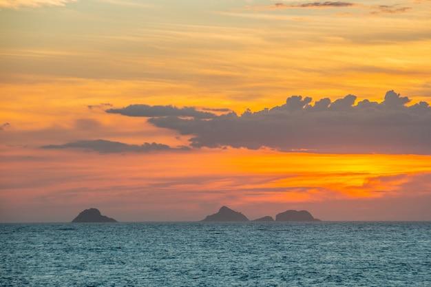 Закат на пляже ипанема в рио-де-жанейро, бразилия.