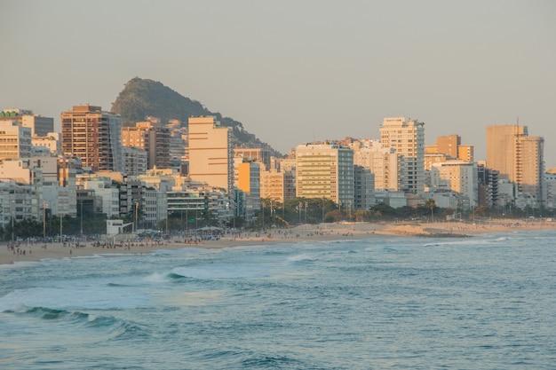 브라질 리우데 자네이루 레 블론 해변에서 일몰.