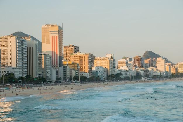 리오 데 자네이로의 leblon 해변에서 일몰, 리오 데 자네이로의 leblon 해변에서 일몰.