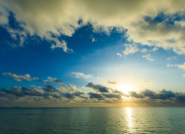 モルディブのビーチに沈む夕日