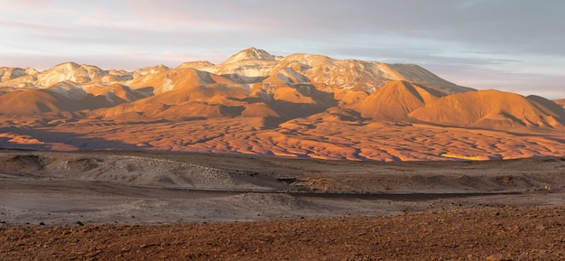 칠레의 산 페드로 데 아타 카마 근처 문 밸리 (valle de la luna)에서 일몰.