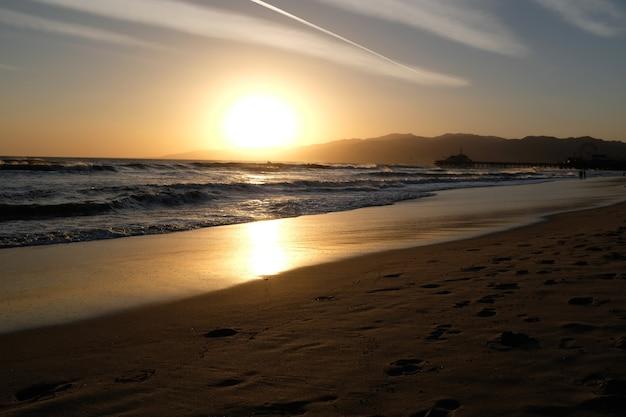 カリフォルニア州サンタモニカビーチの夕日。砂の黄金色。高品質の写真