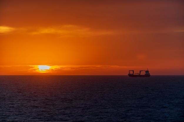 Закат в море. морской пейзаж, синее море. спокойная погода. вид с грузового судна.