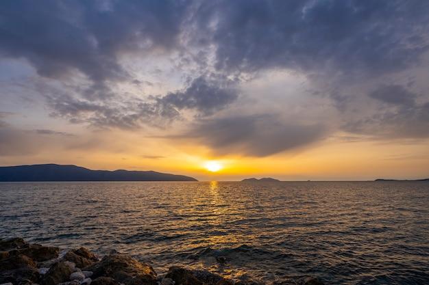 떠오르는 태양의 다양한 색상과 색조의 바다에서 일몰