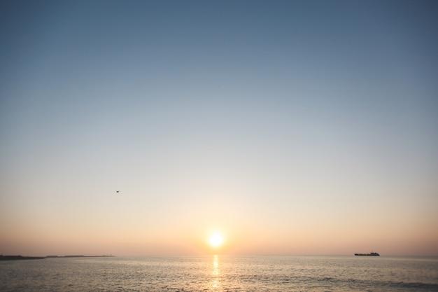 Закат в море. разнообразие цветов и оттенков солнца