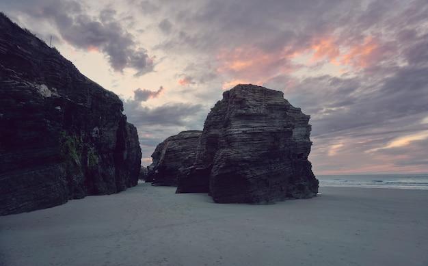 해변에서 일몰. 갈리시아 해안에 Catedrales 해변 프리미엄 사진