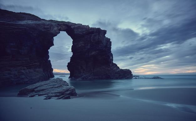 해변에서 일몰. 갈리시아 해안에 catedrales 해변