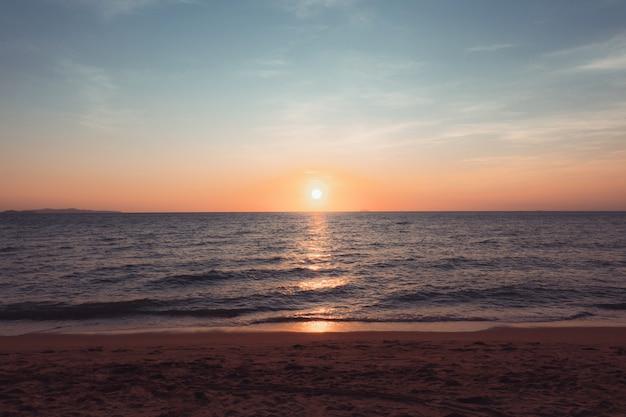 夕方のビーチでの夕日休日と旅行のコンセプト