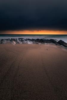 バスク国ビダールのビーチに沈む夕日。