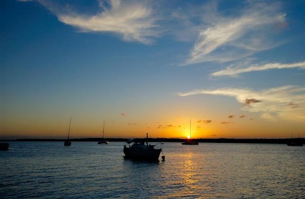 2001年4月4日、ブラジル、パライバのジョアンペソア近くの有名なカベデロのジャカレビーチに沈む夕日。