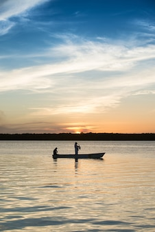 2012年12月3日にブラジルのジョアンペソアパライバ近くの有名なジャカレビーチカベデロに沈む夕日