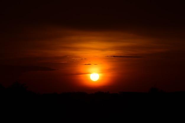 湖の夕日と金色の雲の空