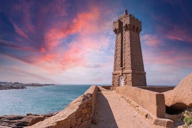 ミーンルス灯台の夕日は、フランスのブルターニュにあるコートダモール県のペロスギレックの町にあるプルマナッコ港のピンクの花崗岩で建てられた建物です。