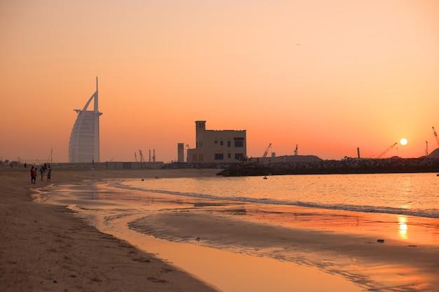 ドバイの公共ビーチに沈む夕日夏のビーチの風景