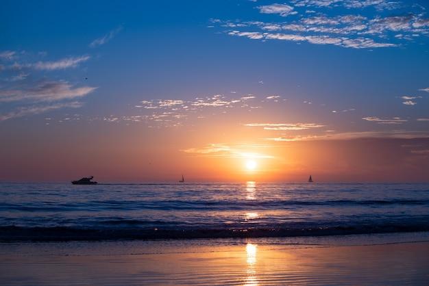 Закат на море пхукет восход солнца на пляже красочный океан природа пейзаж фон с копией пространства