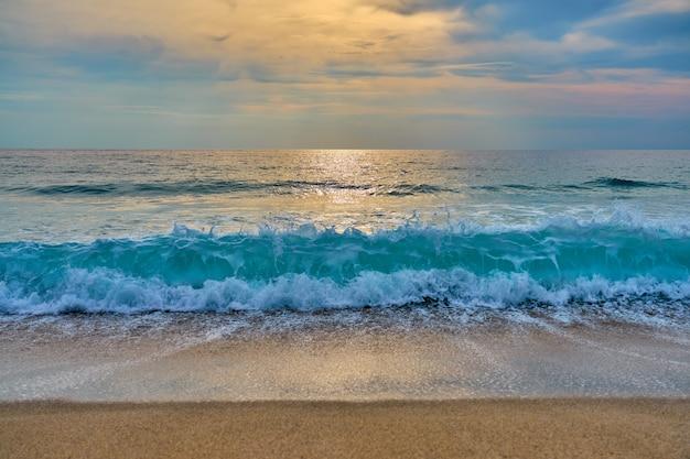 熱帯のビーチの夕日