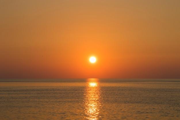 ジョージア州アジャリアの夕日の背景、黒い海の夕日の景色と風景