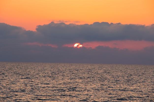 ジョージア州の夕日の背景、黒い海の夕日の景色と風景